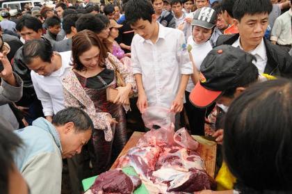 """Tranh nhau bỏ tiền triệu mua thịt """"ông trâu"""" 5"""