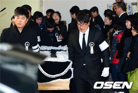 Hai con Choi Jin Sil lặng lẽ trong đám tang cha
