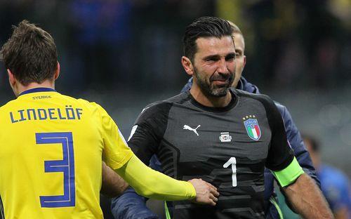 Buffon và đồng đội đổ gục, bật khóc tức tưởi sau thất bại của Italia
