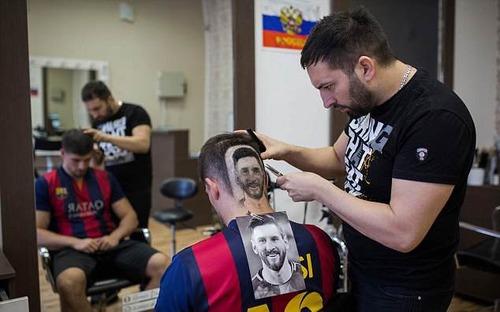 Kiểu tóc mang gương mặt Messi gây sốt vì quá chất
