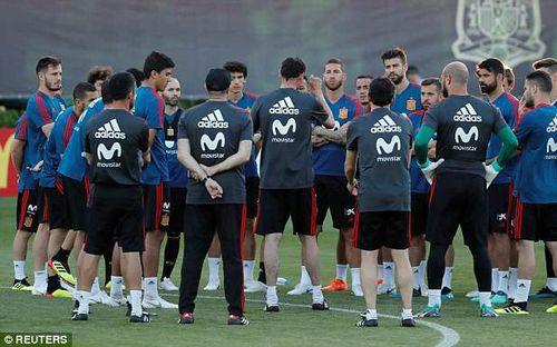 Ngày tập đầu tiên đầy căng thẳng của đội tuyển Tây Ban Nha sau khi sa thải HLV Lopetegui