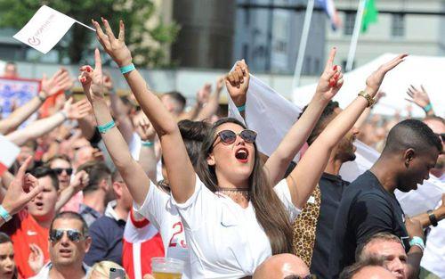 Fan Anh ăn mừng chiến tích lịch sử như vừa vô địch World Cup