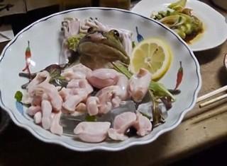 Ghê sợ món ếch mở mắt, co giật trong mồm