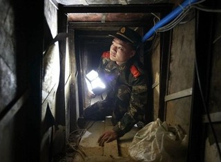 TQ 'toát mồ hôi' phát hiện nhiều đường hầm bí mật xuyên biên giới