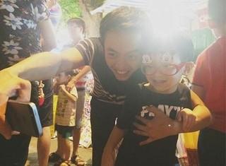 Bố con Cường Đô La gây chú ý trên phố Hàng Mã - Hà Nội