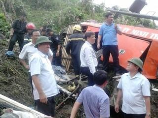 Bộ trưởng Thăng bám dây thừng xuống vực tiếp cận xe gặp nạn