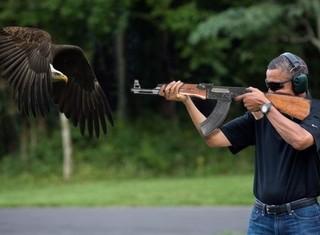 """AK-47 bất ngờ """"cháy hàng"""" tại Mỹ nhờ... Obama"""