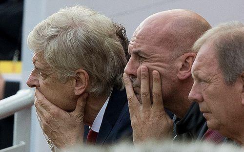 Huyền thoại Arsenal quay lưng, Wenger đem cầu thủ ra làm