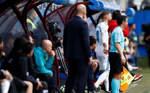 Sergio Ramos rời sân 'giải quyết nỗi buồn', mặc cho Real Madrid đá thiếu người