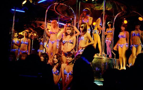 """Cuộc sống của những """"cô gái nhảy chuyển giới"""" ở Thái Lan 1"""