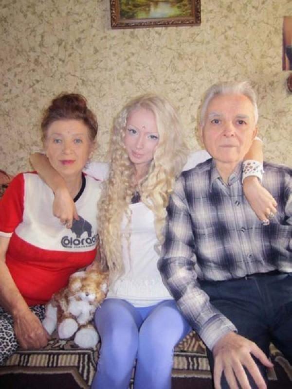 Gặp gia đình búp bê sống Valeria Lukyanova 13