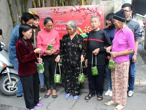 Thiếu gia đất mỏ gói giò tặng bệnh nhân nghèo 12