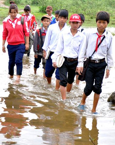 Lội sông đi học vì cầu tre thu phí 6