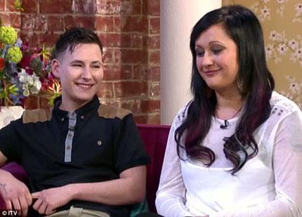 Nữ chuyển giới thành nam để đính hôn với bạn mẹ 2