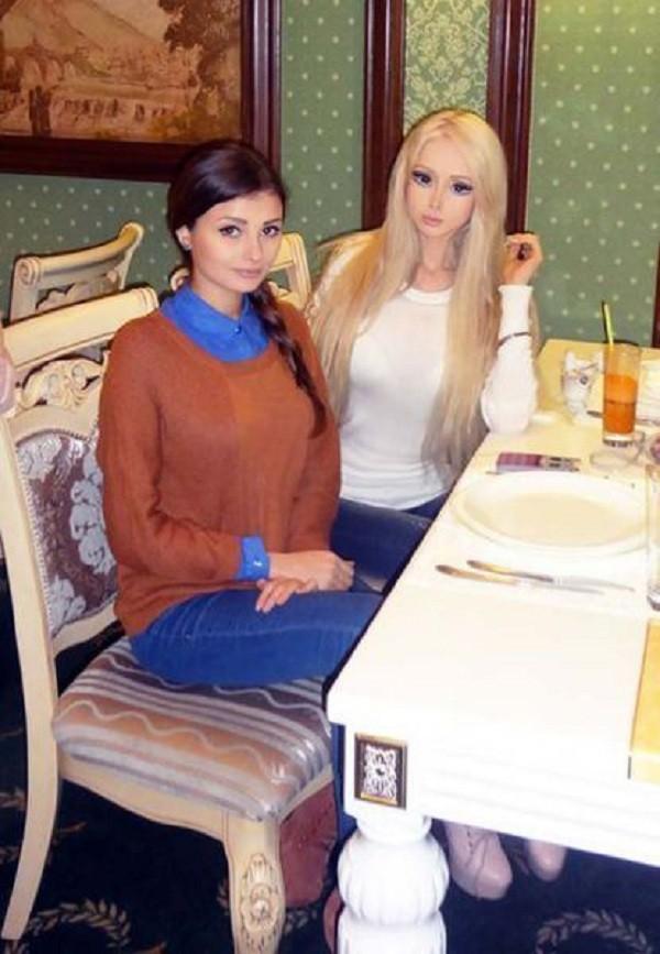 Gặp gia đình búp bê sống Valeria Lukyanova 10