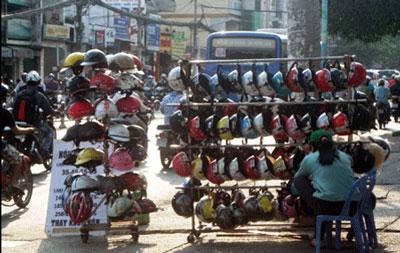 Hà Nội: Sắp đổi mũ bảo hiểm thật cho người dân 1