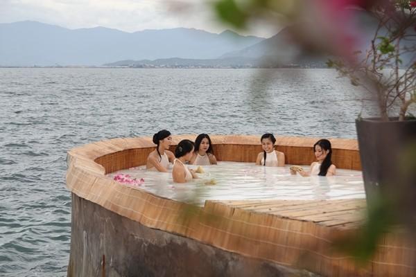 Tăng Thanh Hà suýt lộ ngực vì... tắm tiên 6