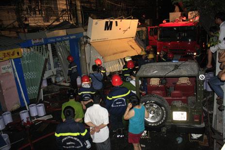 Nổ kinh hoàng trong đêm, 3 căn nhà đổ sập, nhiều người mắc kẹt 6