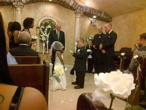 Đám cưới lạ lùng của cặp đôi tí hon 5