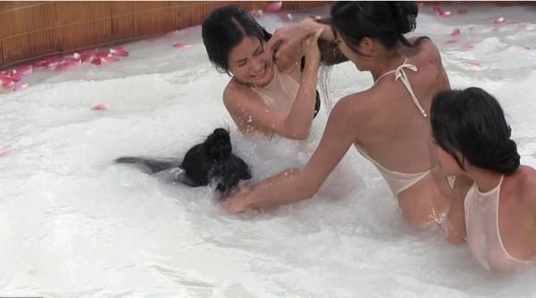 Tăng Thanh Hà suýt lộ ngực vì... tắm tiên 3