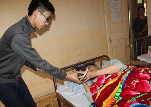 Thiếu gia đất mỏ gói giò tặng bệnh nhân nghèo 11