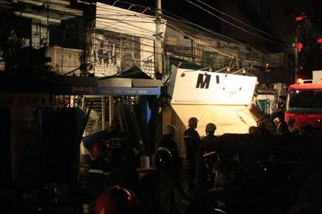Nổ kinh hoàng trong đêm, 3 căn nhà đổ sập, nhiều người mắc kẹt 5