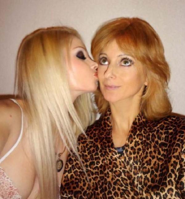 Gặp gia đình búp bê sống Valeria Lukyanova 5