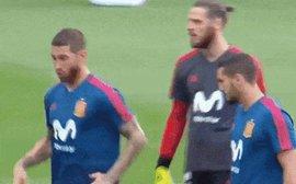 Ramos ngã lăn quay, diễn lại pha ăn vạ kiếm penalty của Ronaldo