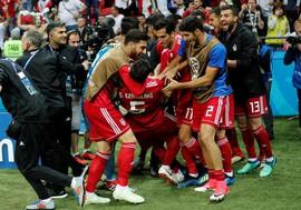 Ham biểu diễn, cầu thủ Iran lãng phí phút bù giờ với màn santo ném biên ngớ ngẩn
