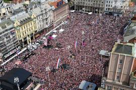 Hơn 10.000 cổ động viên đổ xuống đường chào đón những người hùng Croatia về nước