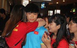 Nữ sinh ôm Công Phượng ở sân bay tâm sự về