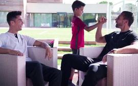 Ronaldo và Ferdinand hú hét tán thưởng kỹ năng sút bóng của Cristiano Jr