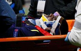 Cầu thủ Everton té gãy cổ sau một pha bật nhảy