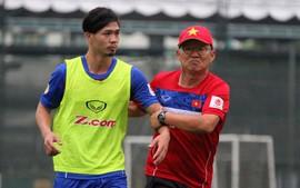 HLV Park Hang Seo cùng trợ lý hò hét, lôi Công Phượng về vị trí
