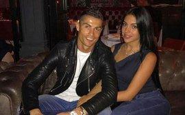 Ronaldo lãng mạn đưa bạn gái Georgina đi ăn tối