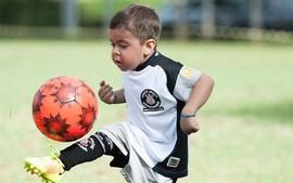 Hãy nhớ gương mặt đáng yêu này, đây là tài năng bóng đá tương lai