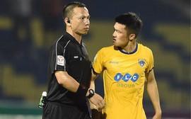 """Cầu thủ Thanh Hóa nổi nóng, quyết """"ăn thua"""" với trọng tài sau trận hoà thất vọng"""