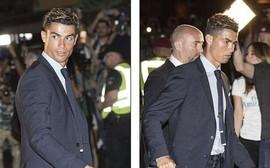 Ronaldo diện suit lịch lãm, đặt chân đến Kiev