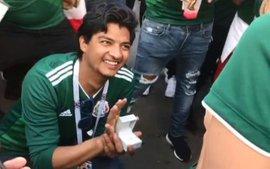 CĐV Mexico quỳ gối cầu hôn bạn gái sau chiến thắng của đội nhà trước Đức