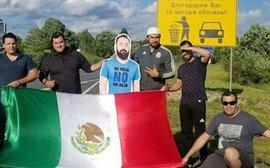 Bị vợ cấm cửa, chàng CĐV Mexico vẫn