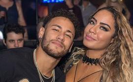 Em gái xinh đẹp của Neymar gặp sự cố khi ăn mừng anh trai ghi bàn