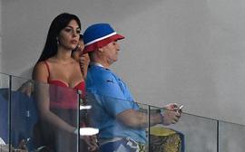 Georgina mặc áo trễ nải khoe khéo vòng một, buồn bã chứng kiến Ronaldo chia tay World Cup 2018