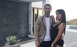 Ronaldo vẫn đang nghỉ hè với Georgina, khó đối đầu Real Madrid trước mùa giải