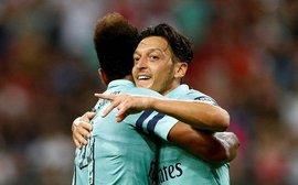Đội trưởng Ozil khai hỏa, Arsenal hủy diệt PSG