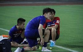 Nhường đối thủ, HLV Hữu Thắng đau đầu xếp lịch tập