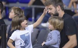 Shakira 'mất tích', Gerard Piqué một mình đưa 2 thiên thần nhỏ đi xem bóng rổ