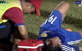 Cầu thủ Quảng Nam đầu bê bết máu, Văn Toàn bị từ chối penalty