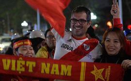 Người hâm mộ đổ ra Hồ Gươm mừng chiến tích của U23 Việt Nam