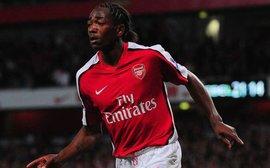 Cựu thần đồng Arsenal nhận thẻ đỏ vì đọc tên mình với trọng tài