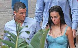 Georgina mặc váy trễ nải, nắm tay Ronaldo trên đường phố